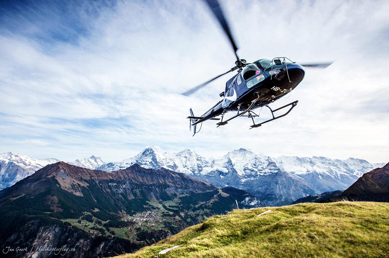 Helikopterflug in Alpen